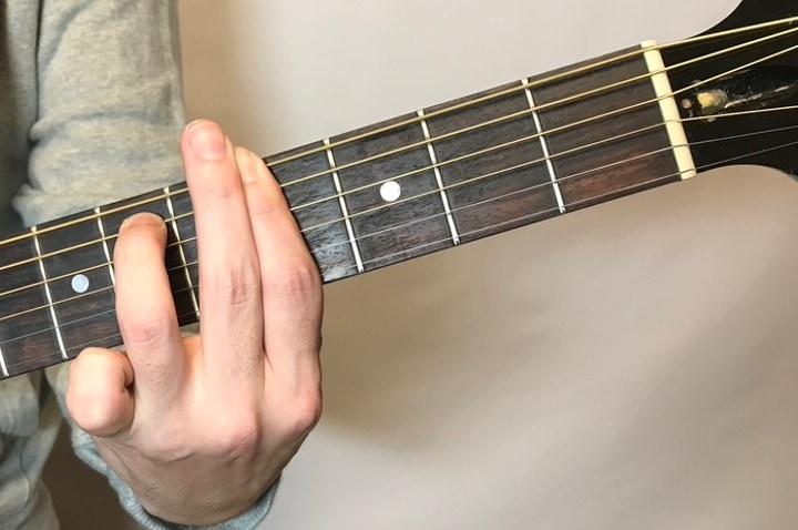 ギターでG#m7コードを押さえているところ