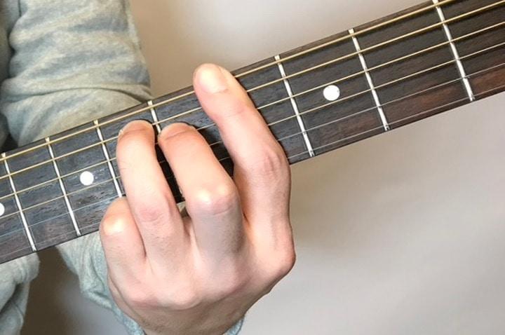 ギターでG#mM7コードを押さえているところ