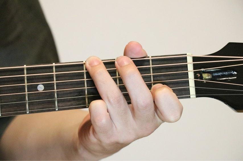 ギターでGsus4コードを押さえているところ