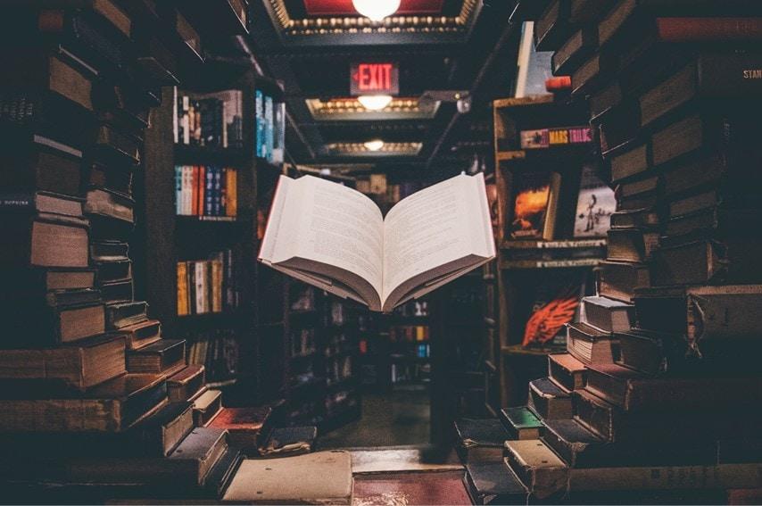 本が空中に浮いてる様子