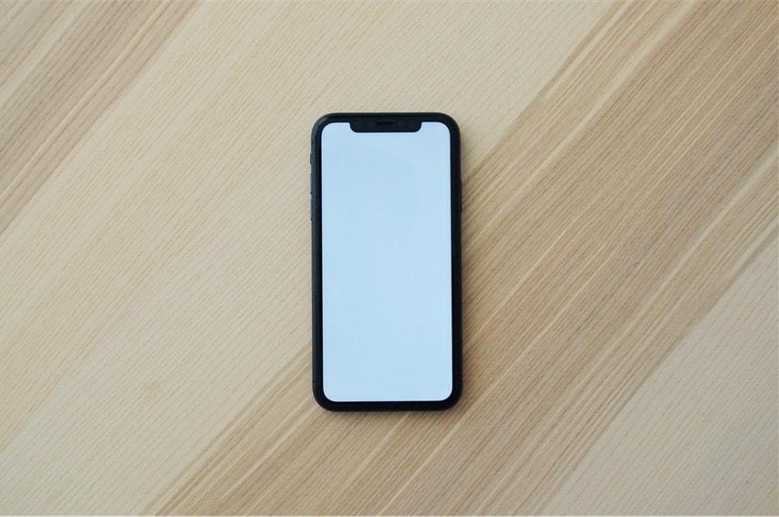 机の上にiPhoneが置いてある