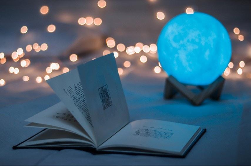 暗いところで本を開いている