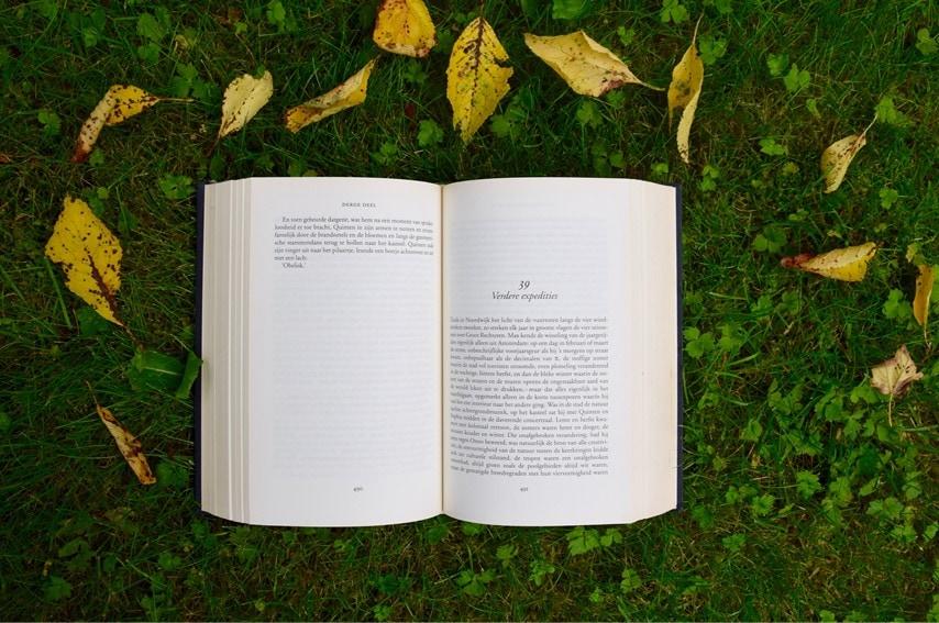 本を開いている写真