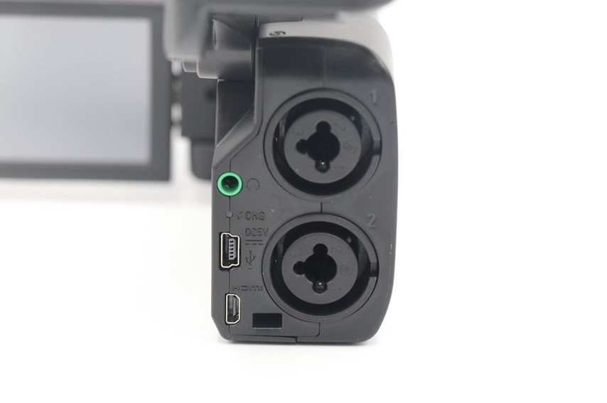 ZOOM Q8の外部聴き接続口