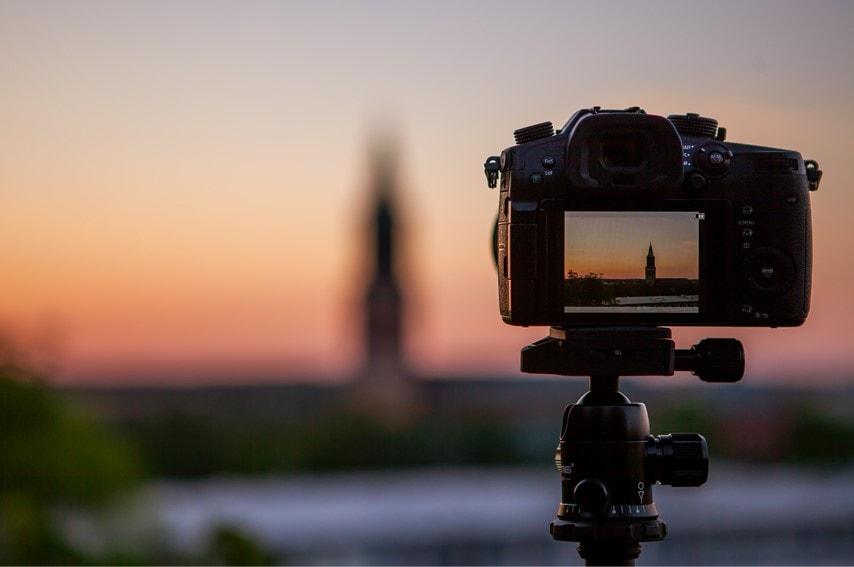 カメラで夕焼けを撮影しているところ