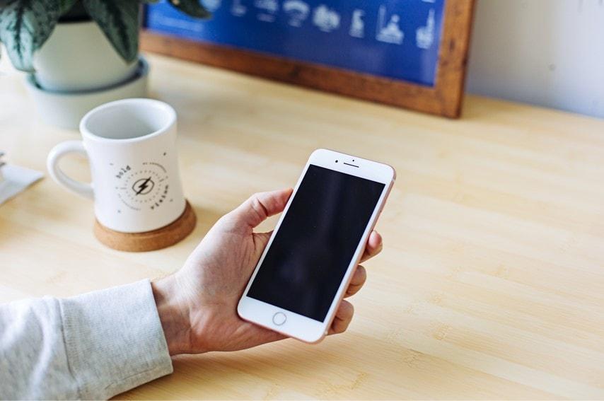 iPhoneを見ている画像